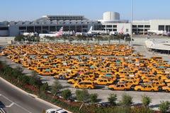 Parque de estacionamento amarelo do táxi de táxi no aeroporto internacional de Miami Florida EUA Imagem de Stock Royalty Free