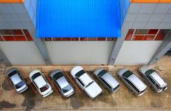 Parque de estacionamento ao lado do prédio de escritórios Fotografia de Stock Royalty Free