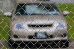 Parque de estacionamento atrás da cerca de segurança fotografia de stock