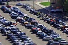 Parque de estacionamento com muitos carros não há nenhum lugar de estacionamento livre paisagem urbana disparada da elevação foto de stock royalty free