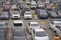 Parque de estacionamento com profundidade seletiva do borrão da vista imagens de stock