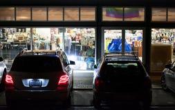 Parque de estacionamento da loja na noite imagem de stock