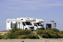 Parque de estacionamento de acampamento pelo mar Fotos de Stock Royalty Free