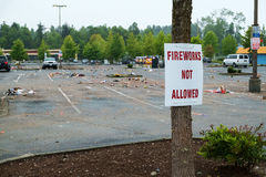 Parque de estacionamento desarrumado com os fogos-de-artifício gastos Fotografia de Stock Royalty Free