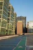Parque de estacionamento e escritórios Fotos de Stock Royalty Free