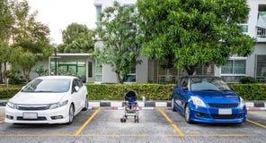 Parque de estacionamento para o bebê na frente do condomínio imagens de stock royalty free