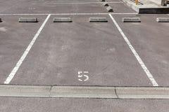 Parque de estacionamento vazio do carro com número marcado imagens de stock