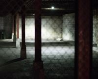 Parque de estacionamento vazio na noite fotografia de stock royalty free