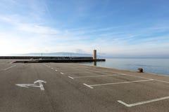 Parque de estacionamento vazio no mar Fotos de Stock Royalty Free