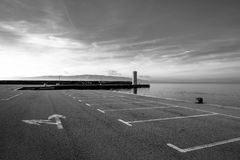 Parque de estacionamento vazio no mar Imagens de Stock