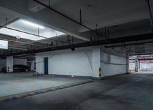 parque de estacionamento velho com iluminação, construção concreta fotografia de stock royalty free