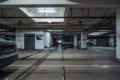 parque de estacionamento velho com iluminação, construção concreta fotografia de stock