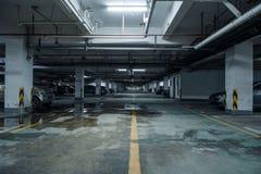 parque de estacionamento velho com iluminação, construção concreta fotos de stock royalty free