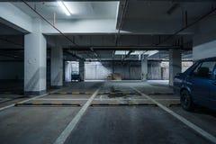 parque de estacionamento velho com iluminação, construção concreta imagens de stock royalty free