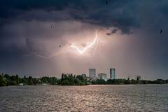 Parque de Herastrau em Bucareste em um dia tormentoso com relâmpago Imagem de Stock