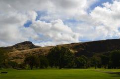 Parque de Holyrood e Arthur& x27; s Seat em Escócia imagem de stock