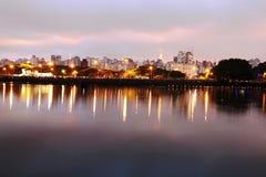 Parque de Ibirapuera en la noche imagenes de archivo
