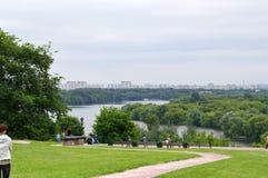 Parque de Kolomenskoe, para baixo na margem Fotos de Stock Royalty Free