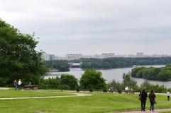 Parque de Kolomenskoe, para baixo na margem Imagens de Stock