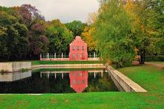 Parque de Kuskovo em Moscou Casa holandesa Natureza e lagoa do outono imagem de stock