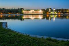 Parque de Kuskovo en Moscú en la puesta del sol Imagenes de archivo