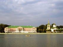 Parque de Kuskovo en Moscú en la tarde Foto de archivo libre de regalías