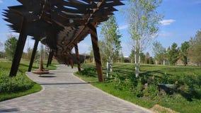Parque de la arquitectura del roscha de Tufeleva en Moscú Día de verano en el lapso de tiempo del paseo 4k del parque del paisaje almacen de metraje de vídeo
