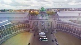 Parque de la ciudad de Bruselas desde arriba del monumento famoso capital de Bélgica con los caballos aéreos metrajes