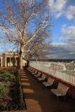 Parque de la ciudad con el cielo dramático foto de archivo