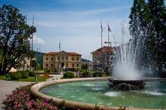 Parque de la ciudad con la fuente Fotos de archivo libres de regalías