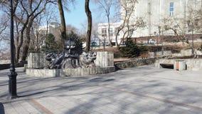 Parque de la ciudad con un monumento de la señal a Neptuno