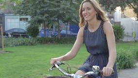 Parque de la ciudad de Riding Bike Through de la empresaria metrajes