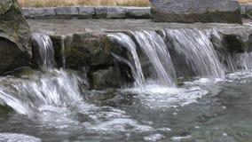 Parque de la ciudad El flujo de agua sobre las rocas almacen de video