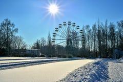 Parque de la ciudad en la nieve en un día de invierno claro Imagen de archivo libre de regalías