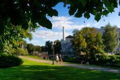 Parque de la ciudad en un día de verano Foto de archivo libre de regalías