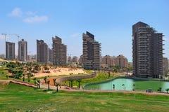 Parque de la ciudad y edificio moderno. fotografía de archivo libre de regalías