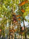 Parque de la cuerda de la aventura que sube Fotos de archivo libres de regalías