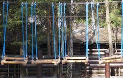 Parque de la cuerda La ciudad del teleférico Entretenimiento para los niños y los adultos Formación de equipo Parque del cielo, T fotografía de archivo