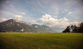 Parque de la orilla del lago en Annecy, Haute Savoie, Francia Imagen de archivo