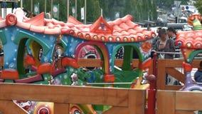 Parque de la reconstrucción La locomotora del juguete del ` s de los niños rueda a niños Primavera Domingo, Pascua Ucrania, ciuda almacen de video