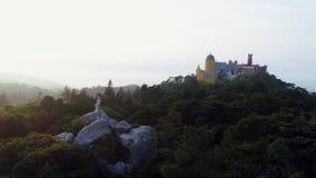 Parque de la visión aérea en la puesta del sol y palacio Pena en el pico metrajes