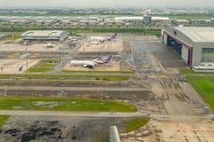 Parque de los aviones de pasajeros de Thai Airways fuera del hangar fotografía de archivo libre de regalías