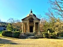 Parque de los monstruos, arboleda sagrada, jardín de Bomarzo Templo de la eternidad y de la alquimia foto de archivo