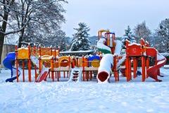 Parque de los niños bajo nieve Fotos de archivo