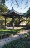 Parque de madeira do miradouro do chinês tradicional em público fotografia de stock royalty free