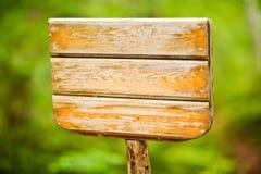 Parque de madeira rústico do quadro de mensagens em público imagem de stock royalty free