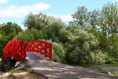 Parque de madeira vermelho do passadiço em público Fotos de Stock
