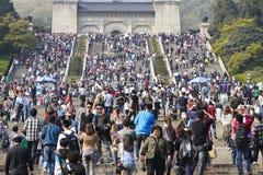 Parque de Nanjing Zhongshanling con los visitantes apretados