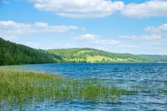 Parque de naturaleza con el lago y las colinas imagenes de archivo