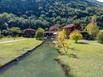 Parque de naturaleza con el río y el restaurante en Montenegro fotografía de archivo libre de regalías